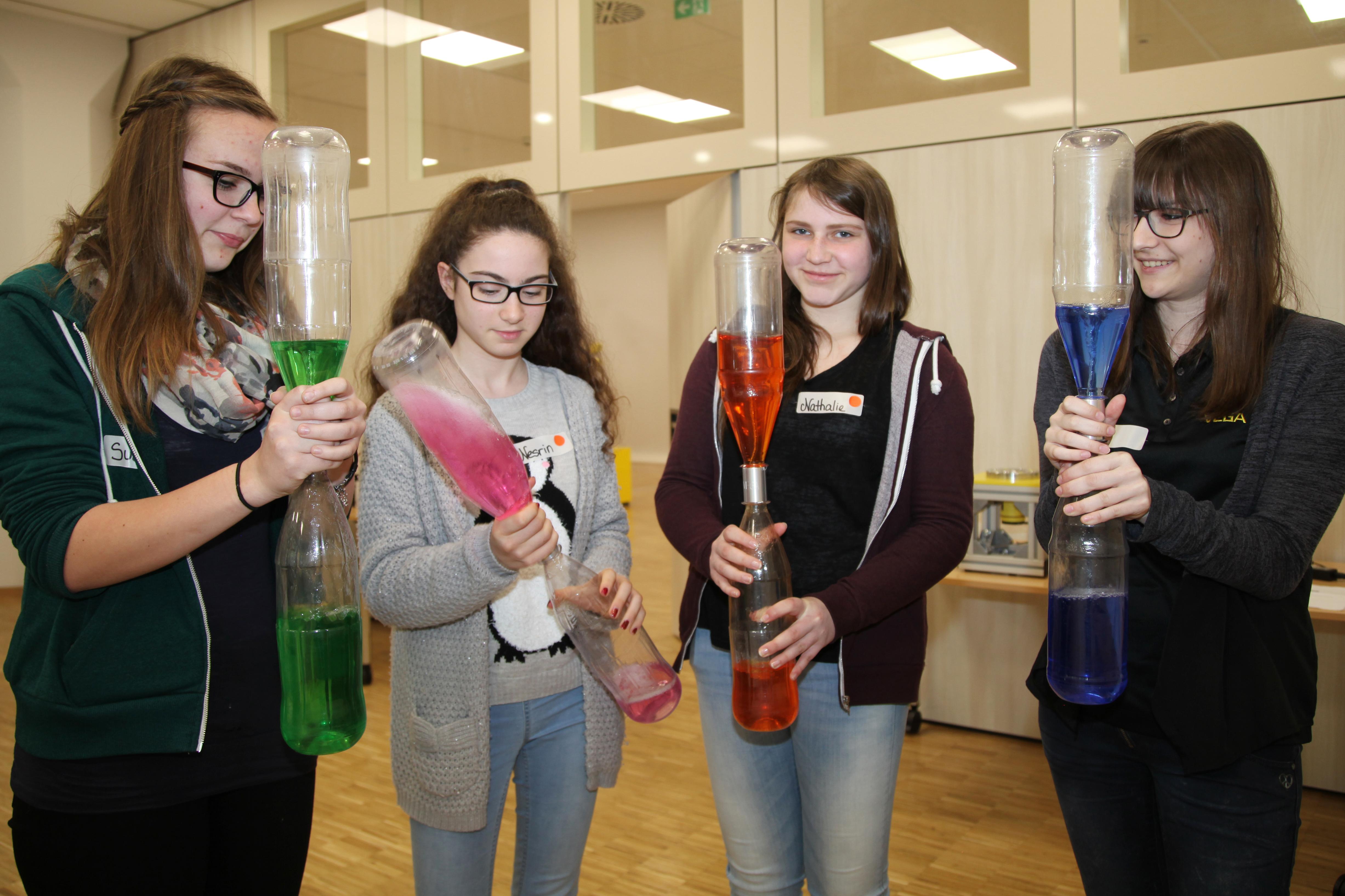 Schülerinnen bei der Firma Vega