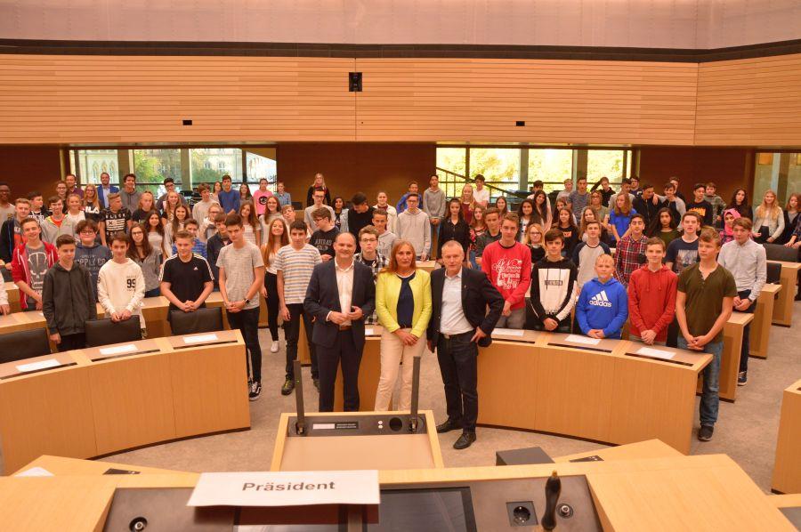 Abgeordnete und die Teilnehmer im Plenarsaal